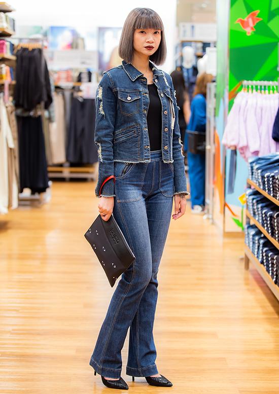 Siêu mẫu Hạ Vy chọn trang phục jeans khỏe khoắn.