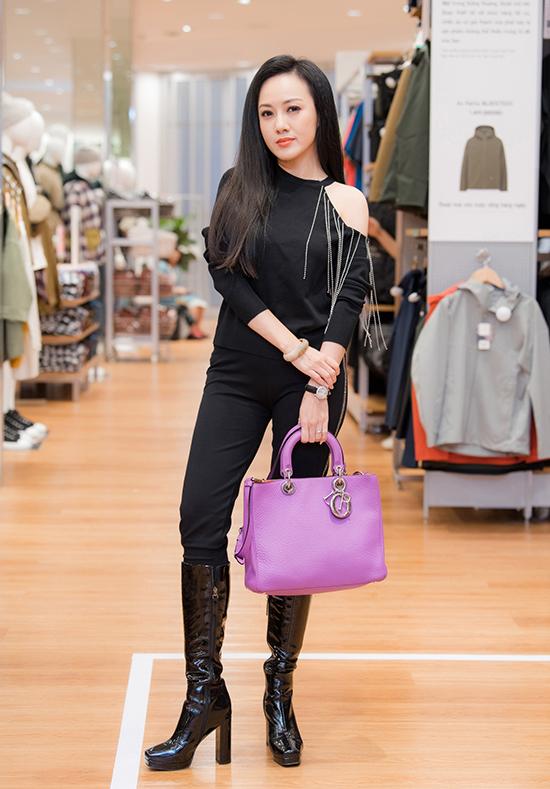 Hoài Anh diện cây đen và dùng chiếc túi Dior bản lớn màu tím làm điểm nhấn cho tổng thể.