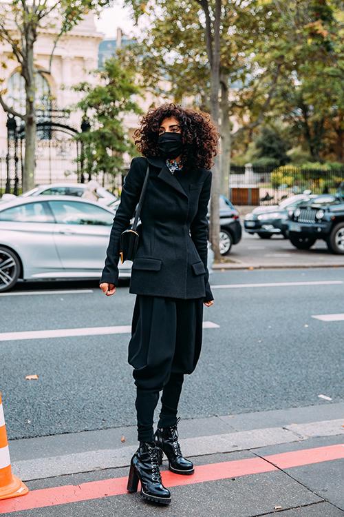 Khẩu trang y tế, khẩu trang vải vào tay fashionista lại trở thành mẫu phụ kiện mang tính thẩm mỹ cao.