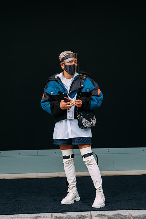 Cùng với trang phục và túi hiệu xa xỉ, khẩu trang được các fashionista xem như món phụ kiện không thể thiếu khi tham gia fashion show mùa xuân hè 2021.