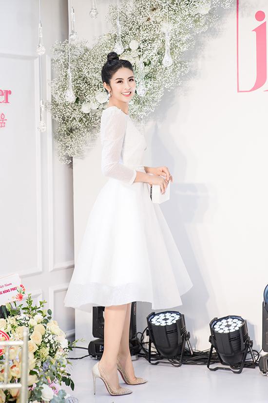 Giảm cân thành công giúp Ngọc Hân trông yêu kiều hơn khi diện bộ váy dáng xoè đính ngọc trai của nhà thiết kế Hà Duy. Cô phối trang phục với giày hàng hiệu đính đá và kiểu tóc búi cao để hoàn thiện phong cách công chúa.