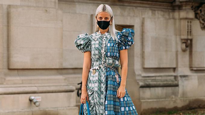 Dạo một vòng qua các tuần lễ thời trang danh tiếng được tổ chức ở Milan, Paris, New York... hình ảnh ấn tượng ở mùa này là việc sử dụng khẩu trang của các fashionista, phóng viên, biên tập viên thời trang.
