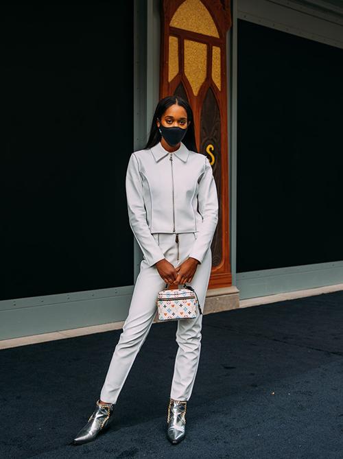 Diện nguyên set đồ trắng cùng giày ánh bạc, khẩu trang vải tông màu tương phản lại khiến nàng fashionista trở nên cá tính hơn.