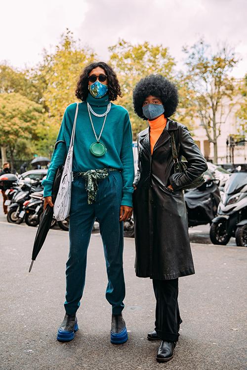 Đeo khẩu trang vẫn đẹp là tiêu chí của nhiều tín đồ thời trang khi xuất hiện tại các khu chụp ảnh street style ở fashion show.