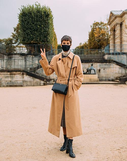 Khẩu trang vải, dáng ôm gọn khuôn mặt và thiết kế trên tông đen là sản phẩm đắt hàng nhất. Bởi nó dễ sử dụng và tông đen lại không khó trong việc mix cùng trang phục.
