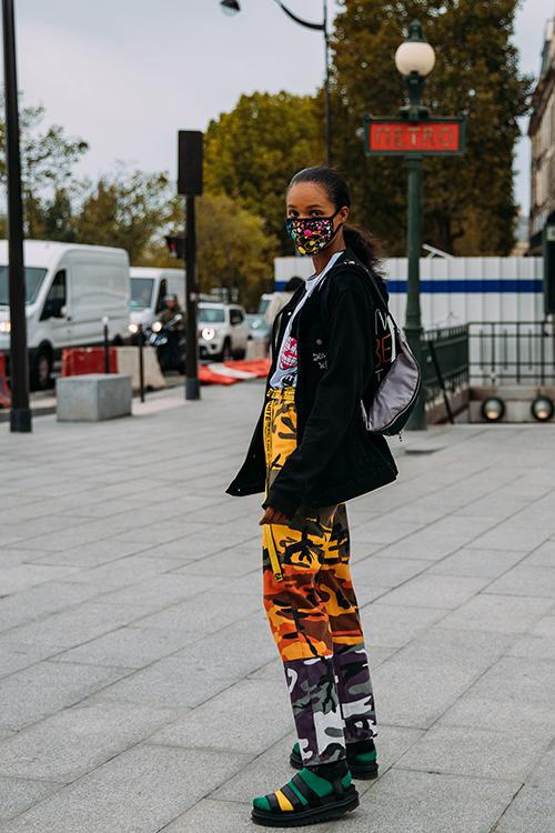 Những bạn gái thích diện đồ nổi bật thường chọn thêm các mẫu khẩu trang hoạ tiết để mix ton-sur-ton cùng trang phục.