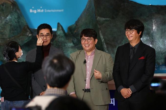 Ông trùm giải trí Bang Si-hyuk (giữa) trở thành tỷ phú mới của Hàn Quốc. Ảnh: Bloomberg.