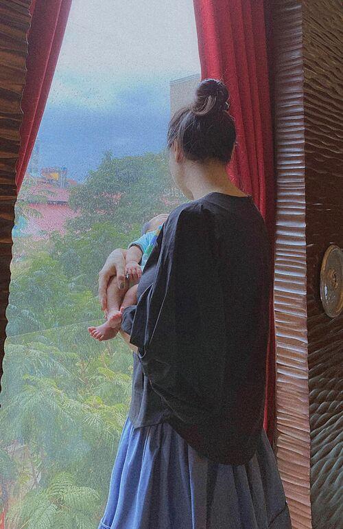 Đàm Thu Trang - bà xã Cường Đôla - bồng bế con gái mới sinh và chia sẻ: Mẹ là người có thể thay thế bất kì ai khác nhưng không ai có thể thay thế được mẹ.