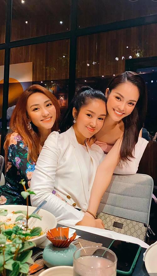 Diễn viên Dương Cẩm Lynh (ngoài cùng bên phải) rạng rỡ mừng sinh nhật bên hai người bạn thân Lê Phương và Ngân Khánh.