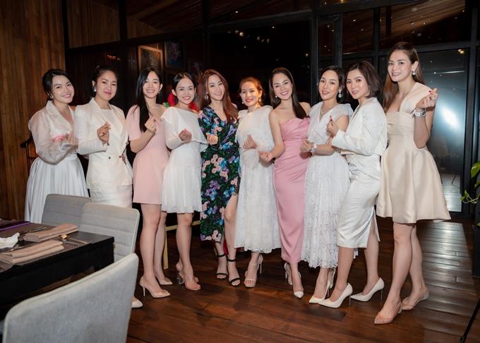 Diễn viên Mai Thanh Hà (thứ ba từ trái sang) đến chúc mừng sinh nhật đàn chị.