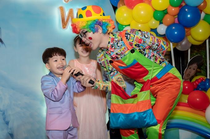 Cậu nhóc William thích thú với trò chơi cùng chú hề và các bạn nhỏ.