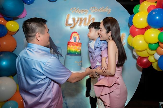 Người đàn ông này bê bánh kem cho Dương Cẩm Lynh và bé William thổi nến. Ngoisao.net hỏi về mối quan hệ giữa Dương Cẩm Lynh và người đàn ông này, nhưng cô từ chối chia sẻ thêm.