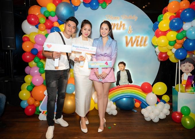 Ca sĩ Trung Kiên cùng bà xã Lê Phương đến chúc mừng Dương Cẩm Lynh đón tuổi mới.