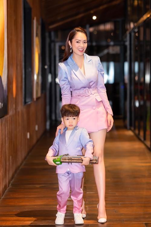 Dương Cẩm Lynh và con trai mặc đồ đồng điệu. Dương Cẩm Lynh sinh nhật 38 tuổi hôm 13/10. Con trai cô - bé William - tròn bốn tuổi vào hôm qua. Từ khi sinh con, nữ diễn viên luôn tổ chức sinh nhật hai mẹ con chung vào ngày 15/10 hàng năm.