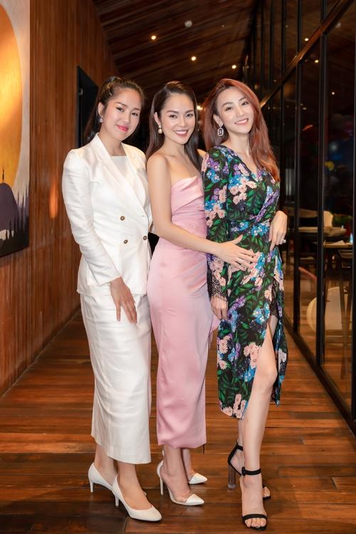 Diễn viên Lê Phương (đồ trắng) và diễn viên Ngân Khánh có mặt chung vui với Dương Cẩm Lynh. Ba người đẹp là nhóm bạn thân nhiều năm. Hôm 7/10, họ cùng nhau chúc mừng sinh nhật Ngân Khánh trong buổi tiệc trên du thuyền.