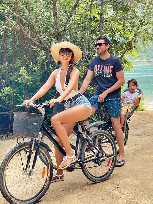Gia đình Hà Anh đạp xe dạo chơi trong chuyến du lịch nghỉ dưỡng ở Nha Trang.