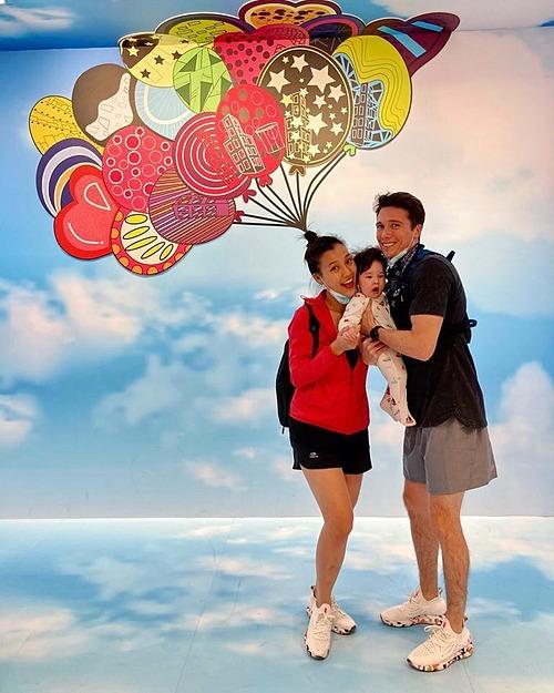 Chia sẻ khoảnh khắc hạnh phúc bên chồng và con trai tại Singapore, MC Hoàng Oanh tâm sự: Những điều ngày đó nguyện cầu đều đã trở thành sự thật hôm nay. Và ngay lúc này, chỉ ước mong một đời bình yên bên nhau cùng nuôi các con hạnh phúc nên người.