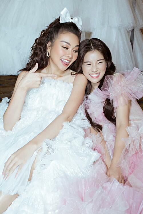 Hoàng Yến Chibi cười tít mắt khi pose hình cùng siêu mẫu Thanh Hằng.