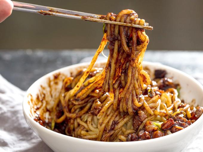Jajangmyeon là món ăn phổ biến ở Hàn.