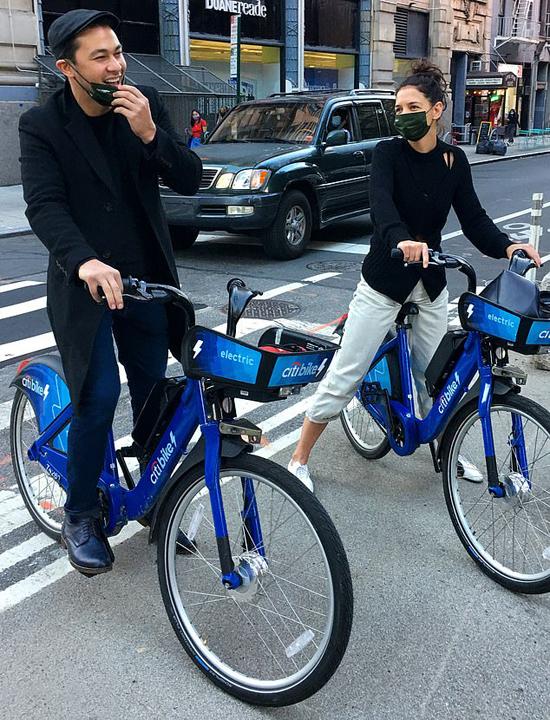 Không sử dụng xe hơi, Katie Holmes và Emilio Vitolo Jr. có buổi hẹn hò lãng mạn bằng xe đạp công cộng Citibike.