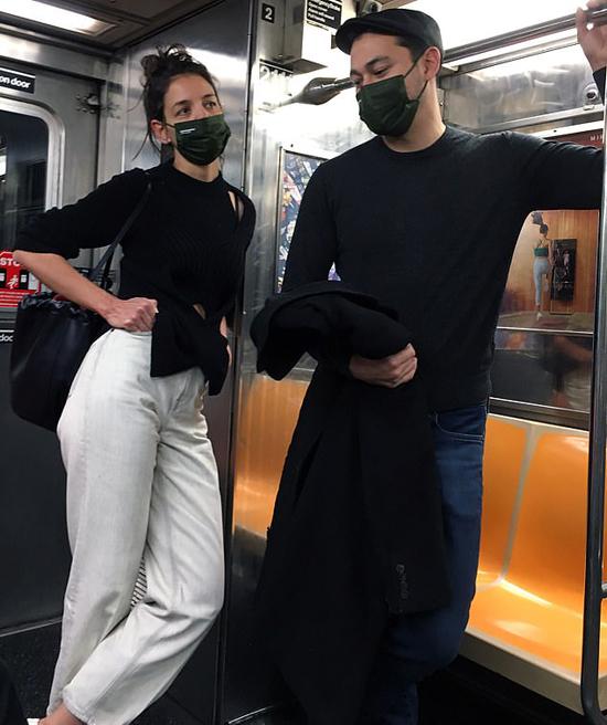 Nữ diễn viên 41 tuổi và đầu bếp 33 tuổi tiếp tục di chuyển bằng tàu điện ngầm. Katie Holmes ưa thích loại phương tiện công cộng này dù cô sở hữu khối tài sản 25 triệu USD.