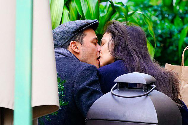 Katie và bồ trẻ hôn nhau say đắm trong công viên vào tuần trước. Một người bạn của Emilio tiết lộ rằng đầu bếp nổi tiếng luôn thích hẹn hò những phụ nữ hơn tuổi mình, bởi vậy anh sẵn sàng hủy hôn ước với bạn gái 24 tuổi để yêu Katie Holmes.