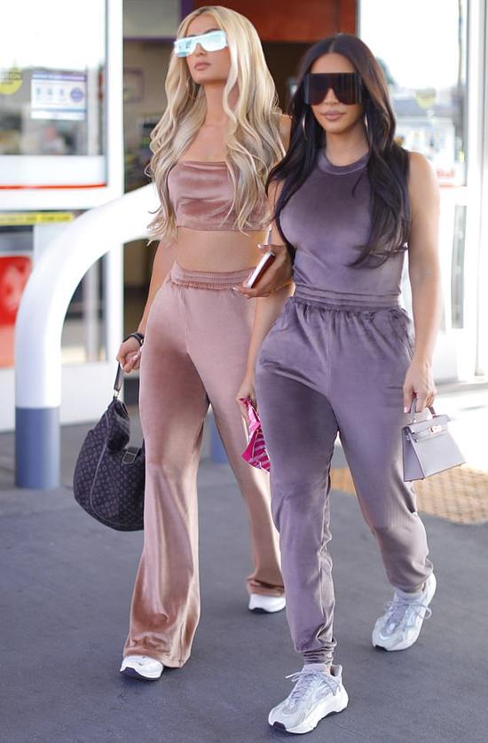 Paris và Kim như chị em trong trang phục ton sur ton hôm 15/10. Cả hai cùng diện đồ trong bộ sưu tập mới SKIMS khi ra phố.