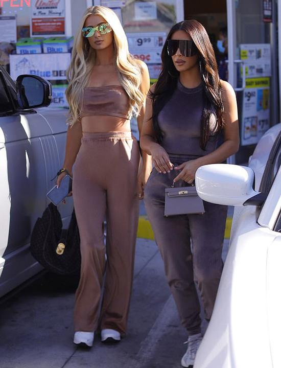 Paris Hilton sành điệu với quần thể thao, áo crop-top trong khi Kim Kardashian mặc bó sát khoe đường cong.