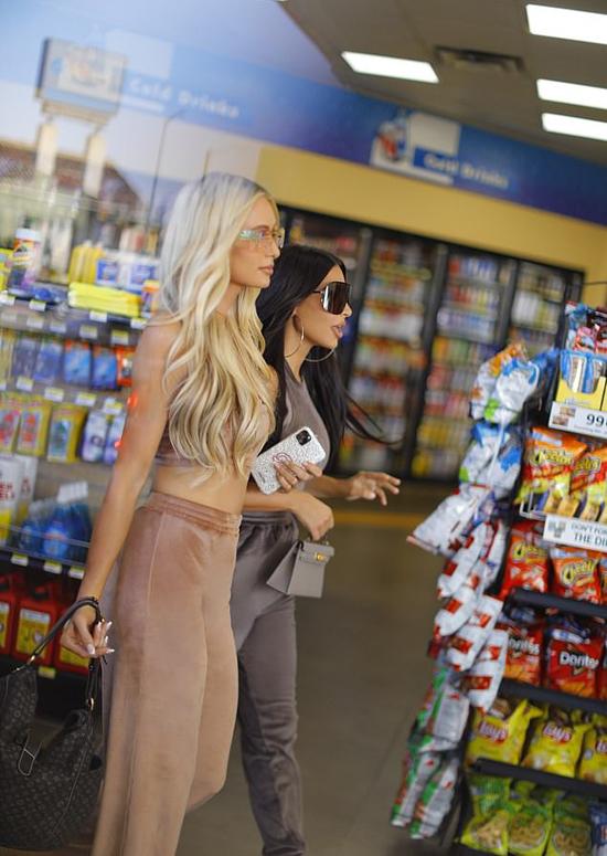 Paris làm người mẫu quảng cáo cho thương hiệu thời trang của Kim hơn một năm nay. Cả hai đã có tình bạn thân thiết gần 20 năm.