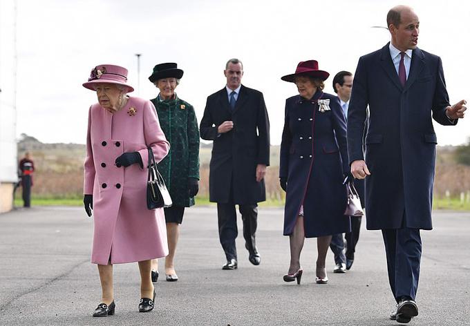 Nữ hoàng và Hoàng tử William giữ khoảng cách 2 m khi cùng đến thăm một phòng thí nghiệm ở Porton Down, hôm 15/10. Ảnh: AFP.