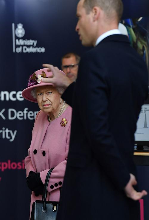 Nữ hoàng 94 tuổi không đeo khẩu trang trong lần xuất hiện công khai đầu tiên kể từ khi Anh hứng chịu đại dịch Covid-19. Ảnh: PA.