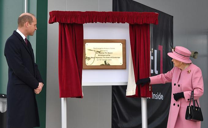 Nữ hoàng mở tấm biển kỷ niệm ngày bà và Hoàng tử William tới thăm phòng thí nghiệm ở Porton Down hôm 15/10. Ảnh: AFP.
