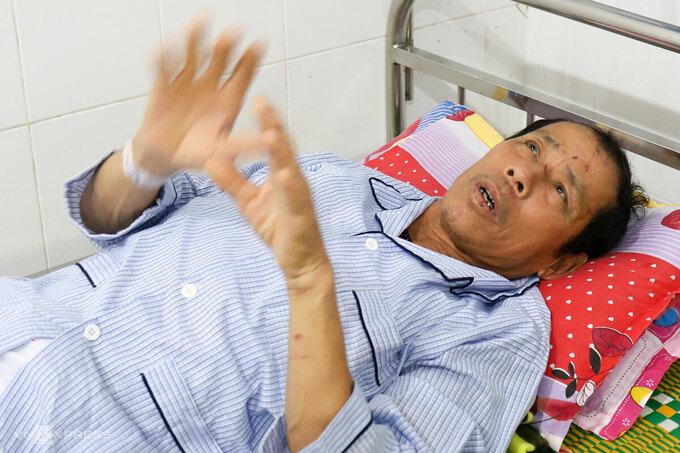 Ông Minh nằm trên giường bệnh, kể lại cuộc tháo chạy lúc rạng sáng 12/10. Ảnh: Đông Long.