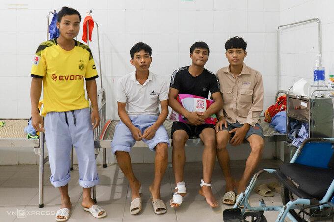 Anh Thoàng (áo trắng) cùng ba công nhân được điều trị ở Bệnh viện Bình Điền. Ảnh: Đông Long.