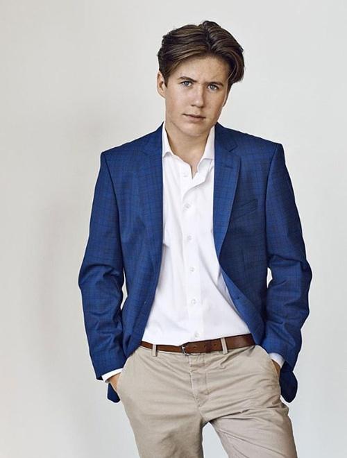 Hoàng tử Christian diện vest trẻ trung trong ảnh mới được cung điện công bố. Ảnh: Instagram.