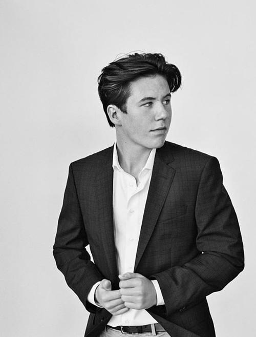 Christian được nhận xét trông như người mẫu thực sự với thần thái tự tin trong loạt ảnh mới công bố. Ảnh: Instagram.