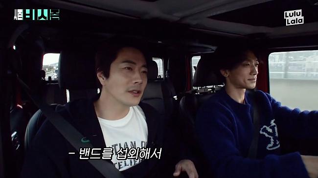 Rain và Kwon Sang Woo trong chương trình truyền hình.