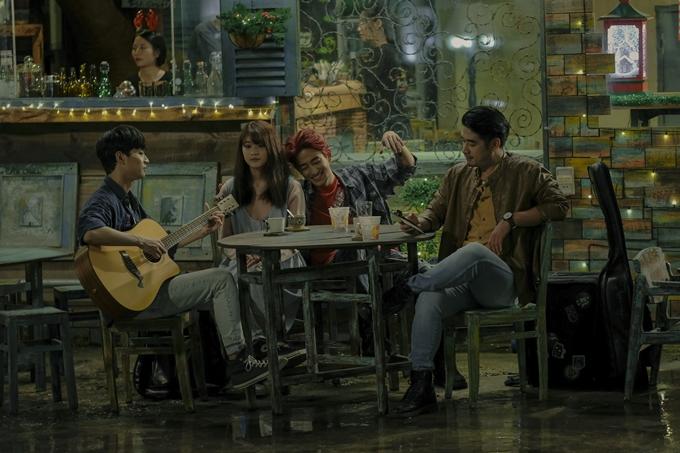 Không gian quán cafe vintage thấm đẫm chất nhạc trong phim.