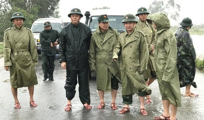Thiếu tướng Nguyễn Văn Man (hàng đầu, thứ hai từ phải qua), thị sát tình hình mưa lũ và chỉ đạo công tác cứu hộ, giúp đỡ người dân tại huyện Phong Điền, Thừa Thiên Huế, ngày 11/10. Ảnh: QK4.