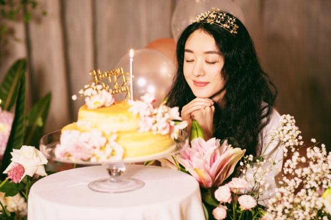 Ngày 16/10, sinh nhật Triệu Lệ Dĩnh, công ty quản lý của cô đăng loạt ảnh nữ sinh nhật chào đón tuổi mới. Trong loạt ảnh, Triệu Lệ Dĩnh đội vương miện, gương mặt xinh đẹp ngọt ngào. Cô chắp tay ước nguyện cho tuổi mới trong không gian của hoa, nến. Nữ diễn viên nhận nhiều lời chúc tụng của khán giả nhân dịp đặc biệt này.