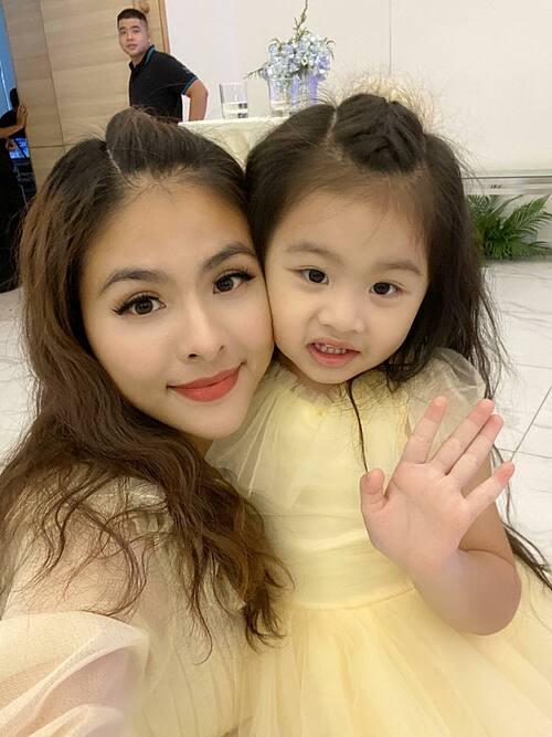 Diễn viên Vân Trang và con gái mặc đồng điệu khi đi dự sự kiện.