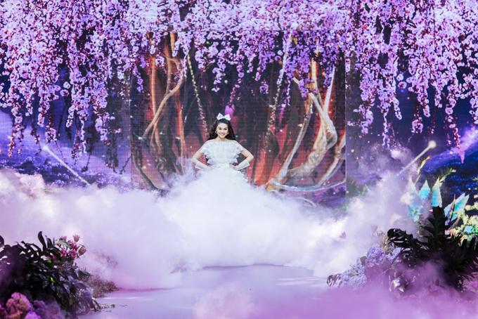 Thanh Hằng làm vedette diễn show thời trang đánh dấu 5 năm làm nghề của nhà thiết kế Nguyễn Minh Công.