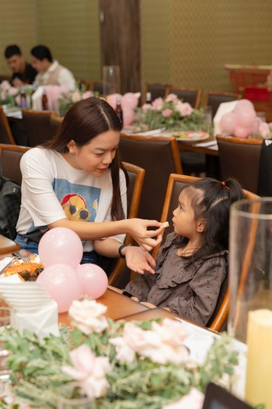Phạm Quỳnh Anh chăm sóc con gái Tuệ An ở tiệc.