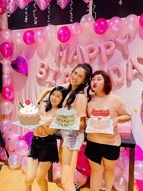 Siêu mẫu Võ Hoàng Yến và hai người bạn cùng lớp cấp 3 được hội bạn thân tổ chức sinh nhật sớm.
