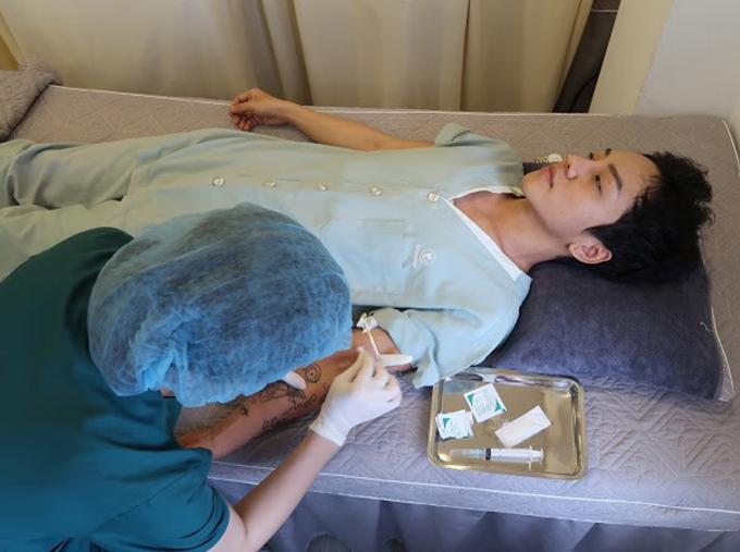 Ý thức rõ rủi ro của các thủ thuật, phẫu thuật liên quan đến chuyển giới song khao khát sống đúng với giới tính khiến Kenji chấp nhận đánh đổi.