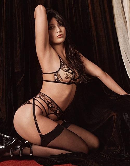 Daisy Lowe - con gái của nhà thiết kế thời trang Pearl Lowe và rocker Gavin Rossdale - bắt đầu sự nghiệp người mẫu năm 15 tuổi. Cô từng chụp hình cho nhiều hãng nội y và những thương hiệu thời trang như Chanel, Burberry, Vivienne Westwood. Năm 2011, Daisy chụp ảnh nude trên tạp chí Playboy. Cô chia sẻ: Tôi luôn tin rằng cơ thể người phụ nữ cần được tôn vinh.