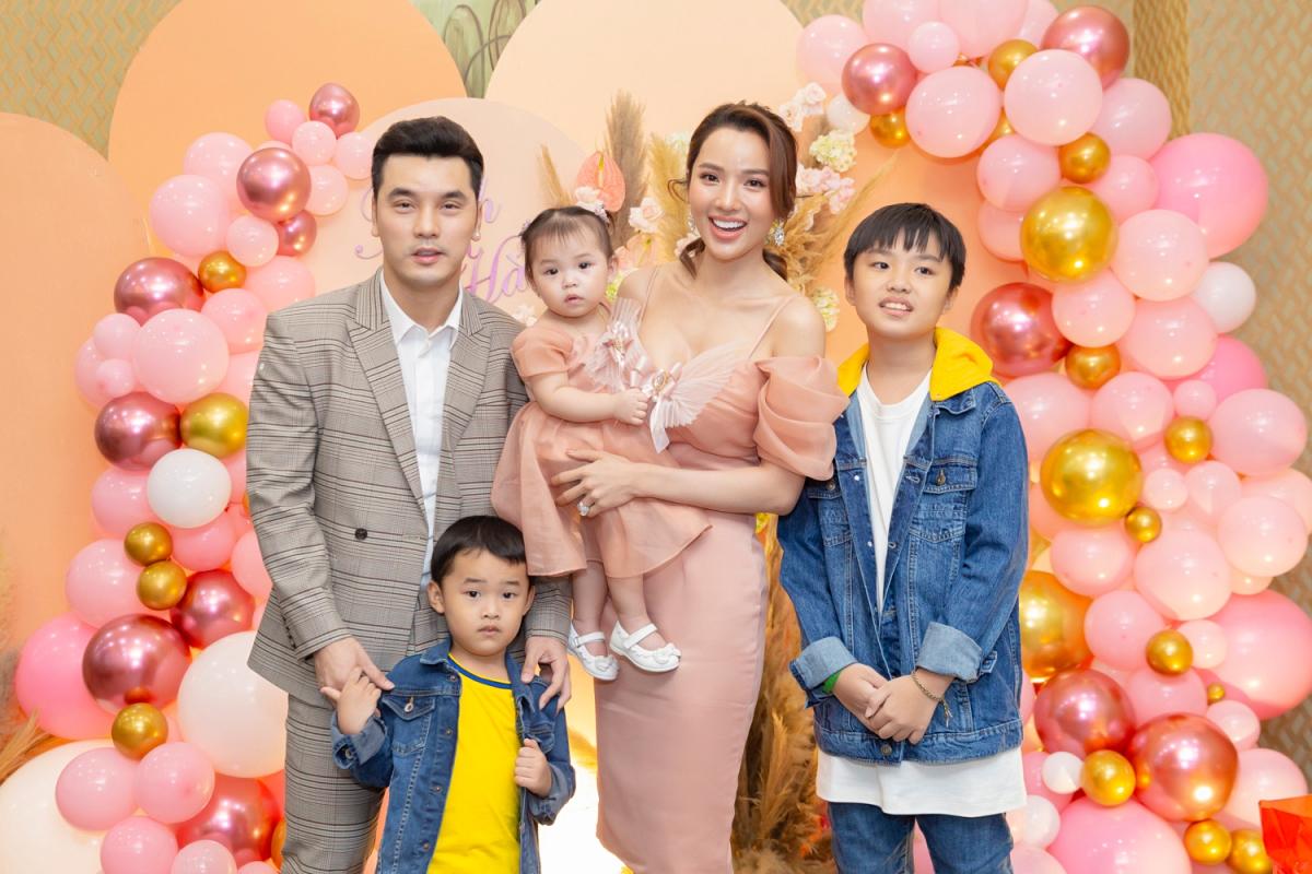 Bé Minh Hà được mẹ chọn váy sinh yêu trong tiệc sinh nhật. Trong khi hai anh lớn - Will (11 tuổi ), Quốc Minh (4 tuổi) - diện áo jeans năng động hơn.