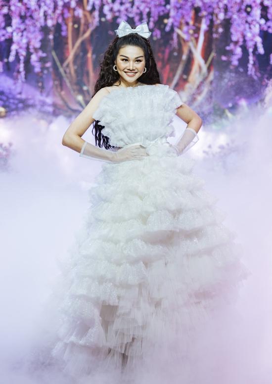 Cô hào hứng hóa thân một nàng công chúa, sải bước trên sàn runway trang trí cầu kỳ như ở xứ thần tiên, cổ tích.