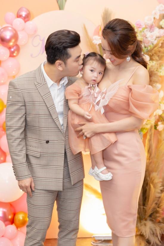 Vợ chồng Ưng Hoàng Phúc hết mực yêu thương con gái và bày tỏ hạnh phúc vì gia đình đủ nếp đủ tẻ.