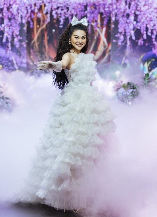 Màn trình diễn của Thanh Hằng được đông đảo khán giả vỗ tay tán thưởng.